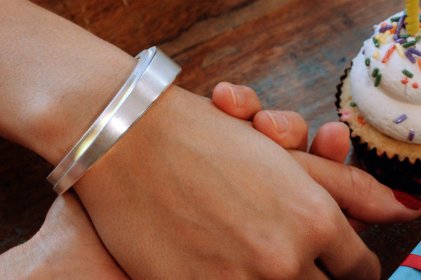 Populaire Beacon, un bracelet aux alertes et notifications colorées BY27