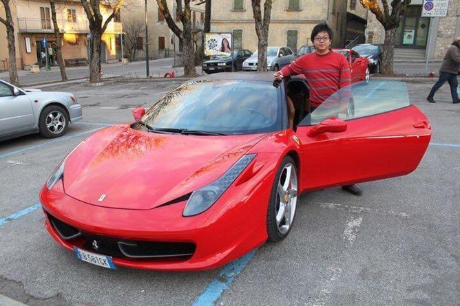 Steve Tan, le fondateur roule en Ferrari