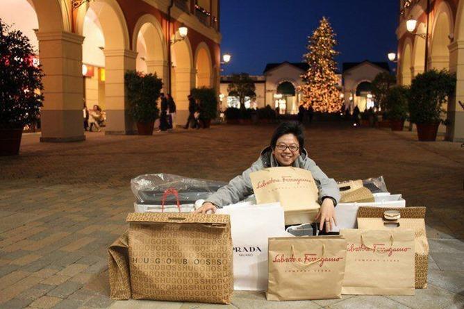 Steve Tan faisant son shopping