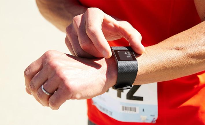Le Fitbit Surge pour les grands sportifs