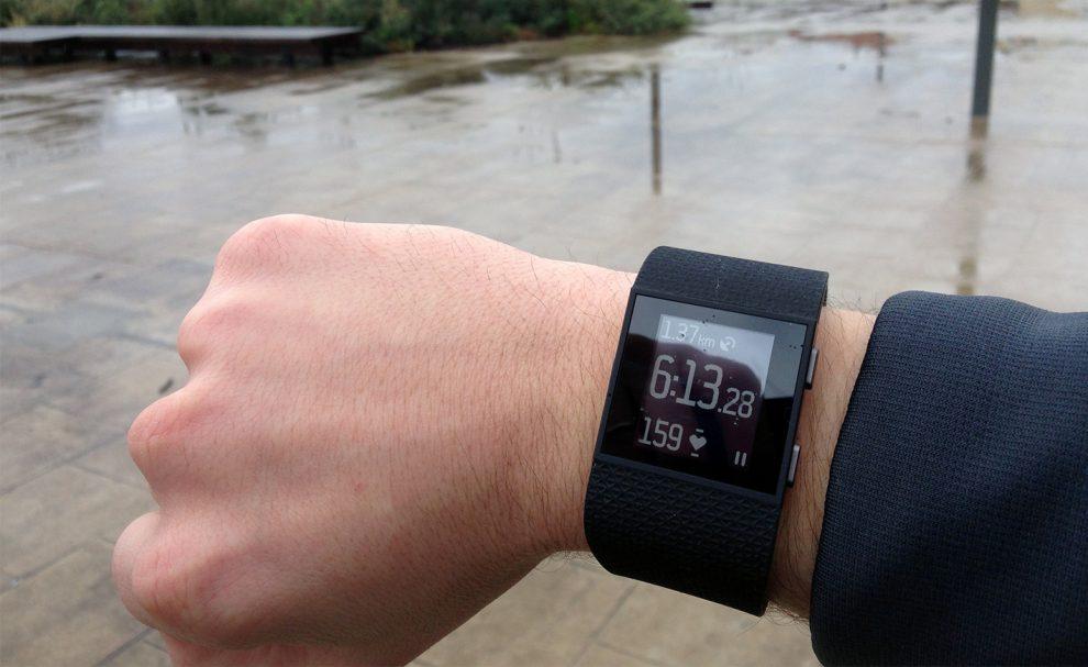 test du fitbit surge une montre connect e pour sportifs. Black Bedroom Furniture Sets. Home Design Ideas