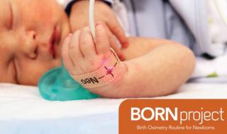 Le dispositif au bras d'un bébé