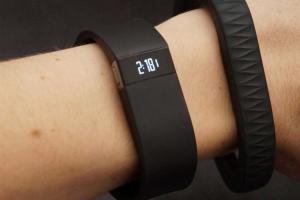 Un bracelet Jawbone et un Fitbit
